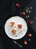 Klein aardbei en pistachepavlovaschuimgebakje stock afbeelding