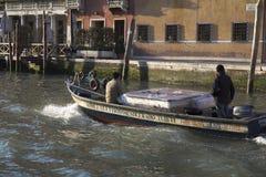 Klein barge innen Venedig Stockbilder