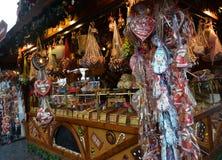 Klein blokhuis met Kerstmissnoepjes, Cobourg, Duitsland stock afbeeldingen