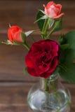 Klein boeket van rozen op een houten achtergrond Royalty-vrije Stock Fotografie