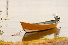 Klein, bunt, Ruderboot fischend Lizenzfreie Stockfotos