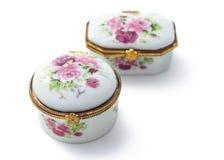 Klein ceramisch juwelendoos of porselein China Vasteland geïsoleerd o stock afbeeldingen