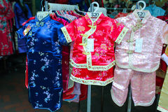 Klein Chinees kostuum voor kinderen in de stad van China Stock Fotografie