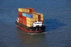 Klein containerschip stock foto