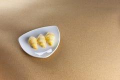 Klein Croissant drie op schotel Royalty-vrije Stock Fotografie