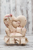 Klein Decoratief Toy Couch met Bloemontwerp Stock Afbeeldingen