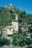 Klein die dorp van karakter, Pontaix bij de rand van de rivier DrÃ'me, Frankrijk wordt gevestigd stock foto