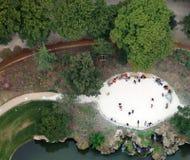 klein die park in Parijs van de toren van Eiffel wordt gezien royalty-vrije stock foto