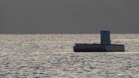Klein die schip in oester wordt gebruikt die op grijze de winterwateren bewerken stock video