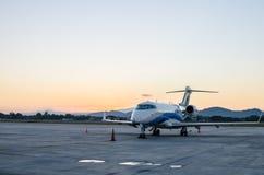 Klein die Vliegtuig of Vliegtuig bij Luchthaven wordt geparkeerd Stock Foto
