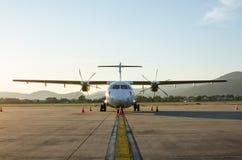 Klein die Vliegtuig of Vliegtuig bij Luchthaven wordt geparkeerd Royalty-vrije Stock Fotografie
