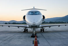 Klein die Vliegtuig of Vliegtuig bij Luchthaven wordt geparkeerd Royalty-vrije Stock Foto's