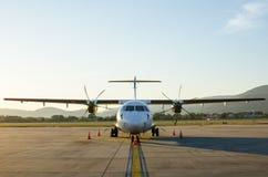 Klein die Vliegtuig of Vliegtuig bij Luchthaven wordt geparkeerd Royalty-vrije Stock Afbeeldingen