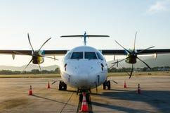 Klein die Vliegtuig of Vliegtuig bij Luchthaven wordt geparkeerd Stock Afbeelding