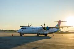 Klein die Vliegtuig of Vliegtuig bij Luchthaven wordt geparkeerd Stock Fotografie