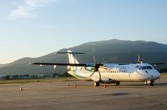 Klein die Vliegtuig of Vliegtuig bij Luchthaven wordt geparkeerd Stock Foto's