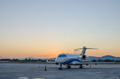 Klein die Vliegtuig of Vliegtuig bij Luchthaven wordt geparkeerd Royalty-vrije Stock Afbeelding