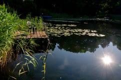 Klein dok bij de meerbezinning over water stock foto