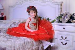 Klein donker-haired meisje in een rode kleding Royalty-vrije Stock Foto