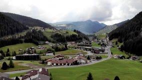 Klein dorp in alpen stock video