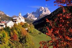 Klein dorp in de Alpen van het Dolomiet Stock Afbeelding