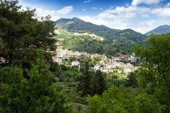 Klein dorp in de bergen royalty-vrije stock afbeeldingen