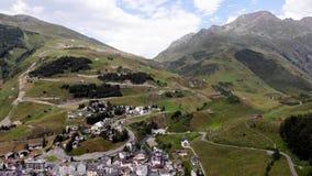 Klein dorp in het landschap van alpen stock footage