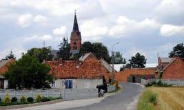 Klein dorp met kerk, Polen Royalty-vrije Stock Foto's