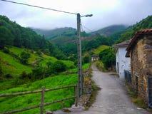 Klein dorp met traditionele landelijke huizen van stenen in midden royalty-vrije stock foto's