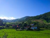 Klein dorp in midden van een vallei rond de bergen en gre royalty-vrije stock fotografie