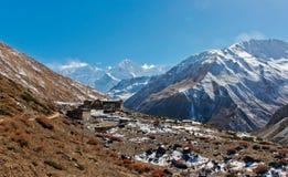 Klein dorp in Nepal vóór de Annapurna-pas royalty-vrije stock foto's