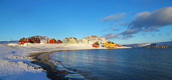 Klein dorp in noordelijk Noorwegen Stock Fotografie