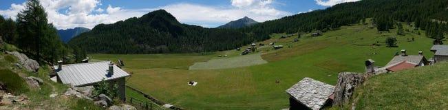 Klein dorp op de bergen Stock Fotografie