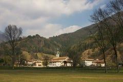 Klein dorp op Meer Idro. stock foto's