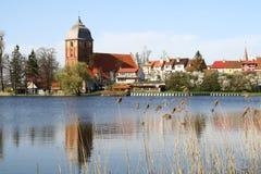 Klein dorp over het meer Stock Afbeelding