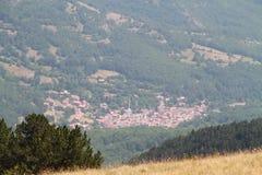 Klein dorp vanaf de bovenkant van Koritnik, Kosovo Stock Foto