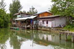 Klein dorpshuis bij het water Stock Foto