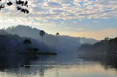 Klein eiland in het Kandy-meer, Sri Lanka Royalty-vrije Stock Afbeeldingen