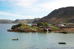 Klein eiland met uiterst klein visserijdorp in het midden van fjord. Mageroya. Royalty-vrije Stock Foto