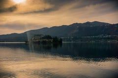 Klein en geïsoleerd eiland in het midden van het meer stock foto's