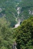 Klein en isoleer kerk van Heilige Stephen stock fotografie