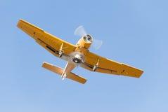 Klein geel stofdoekvliegtuig Royalty-vrije Stock Afbeeldingen