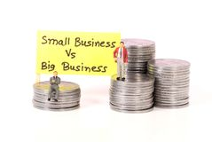 Klein gegen großes Geschäft lizenzfreie stockfotografie