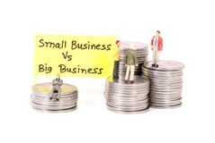 Klein gegen großes Geschäft stockbild