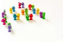 Klein gekleurd rubbermonstersspeelgoed op een witte achtergrond De leuke tribune van monstercijfers in paren De achtergrond van k royalty-vrije stock afbeeldingen