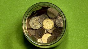 Klein geld in een glaskruik