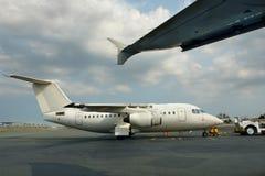 Klein geparkeerd straallijnvliegtuig stock foto
