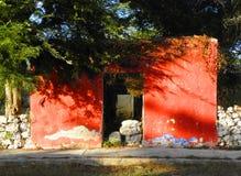 Klein geruïneerd huis met rode voorgevel in verlaten hacienda in Yucatan, Mexico royalty-vrije stock afbeeldingen