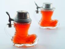 Klein glas dat met alcoholische drank wordt gevuld Royalty-vrije Stock Foto