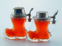Klein glas dat met alcoholische drank wordt gevuld Royalty-vrije Stock Fotografie